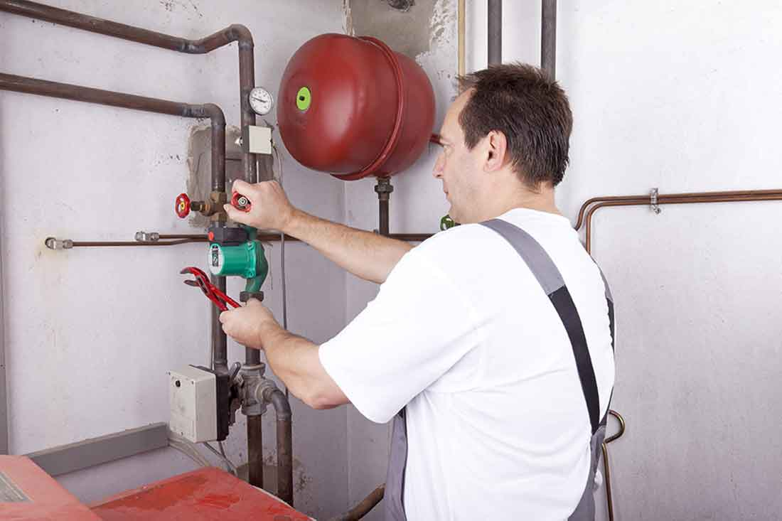 Monteur bei der Wartung und Mängelbehebung der Tankanlage